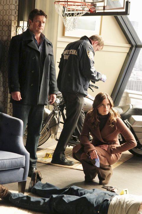 Ein Multimillionär wird erschossen in seiner Wohnung aufgefunden. Richard Castle (Nathan Fillion, l.) und Kate Beckett (Stana Katic, r.) nehmen den... - Bildquelle: ABC Studios