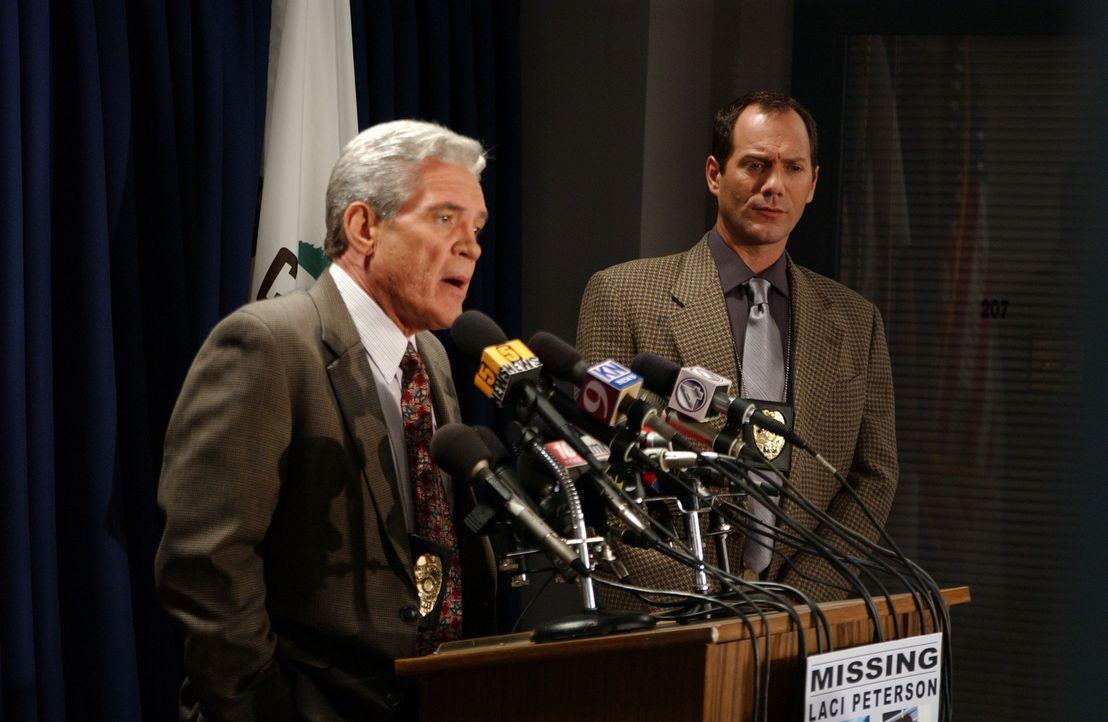 Der Polizeisprecher gibt auf einer Pressekonferenz das Verschwinden der schwangeren Laci Peterson bekannt. - Bildquelle: 2004 Sony Pictures Television Inc. All Rights Reserved.