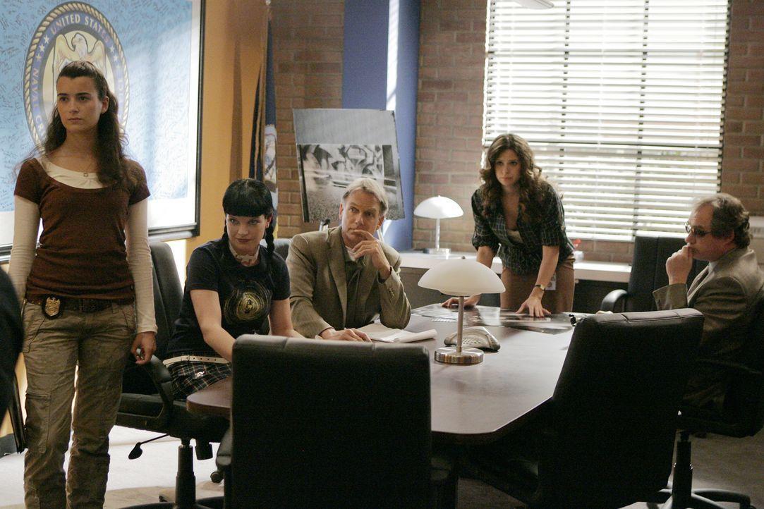 Versuchen gemeinsam den Mörder des toten Marine zu finden: Ziva (Cote de Pablo, l.), Abby (Pauley Perrette, 2.v.l.), Gibbs (Mark Harmon, M.), Bryn L... - Bildquelle: CBS Television