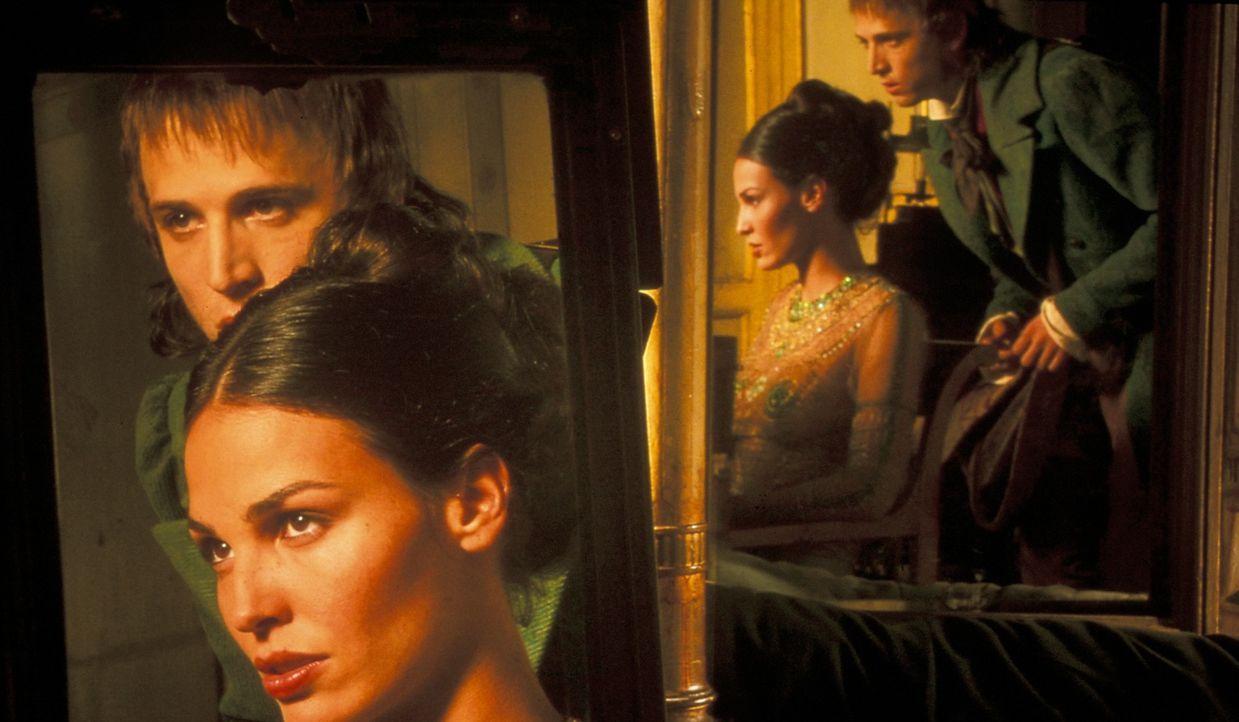 Auf der Suche nach Hinweisen zu Vidocqs Tod trifft Etienne Boisset (Guillaume Canet, r.) auf die hübsche Préah (Inés Sastre, l.). Ob sie ihm weiterh... - Bildquelle: Studio Canal