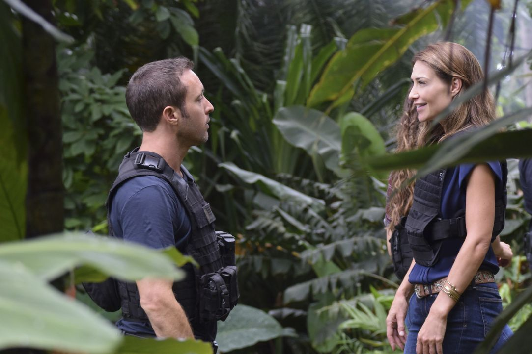 McGarrett (Alex O'Loughlin, l.) nutzt den Fall, um den Richter dazu zu bringen, das Verfahren gegen Alicia Brown (Claire Forlani, r.) aufzuschieben,... - Bildquelle: Norman Shapiro 2017 CBS Broadcasting Inc. All Rights Reserved. / Norman Shapiro