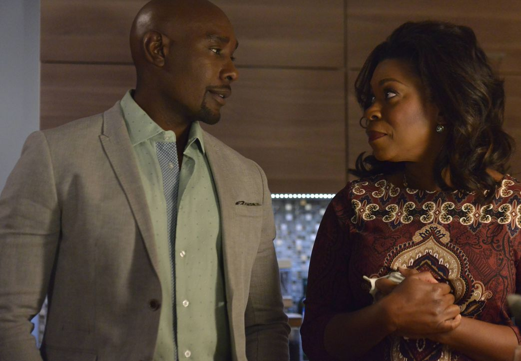 Erleben bei der Exhumierung der zweiten Leiche eine riesengroße Überraschung: Donna ( Lorraine Toussaint, r.) und ihr Sohn Rosewood (Morris Chestnut... - Bildquelle: 2016-2017 Fox and its related entities. All rights reserved.