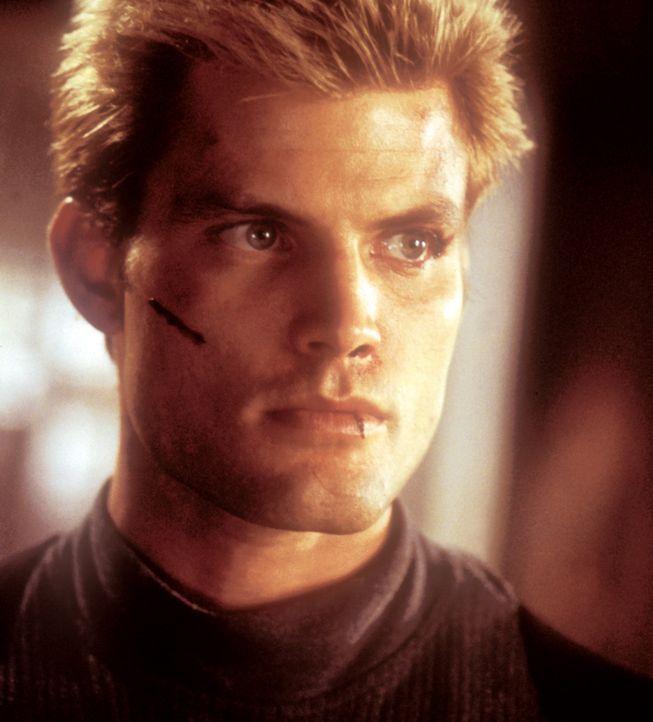Connor Spears (Casper Van Dien) ist mit der Suche nach seiner entführten Ex-Freundin beschäftigt und befindet sich plötzlich in den Händen der c... - Bildquelle: 2000  MUSE PRODUCTIONS (TRACKER) INC.