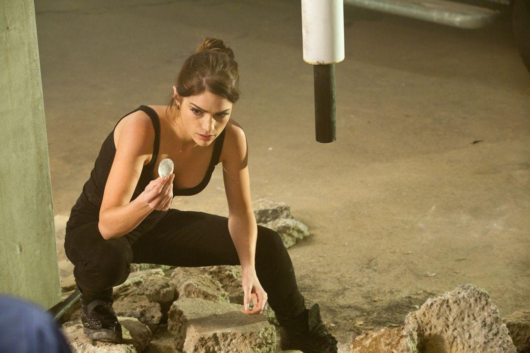 Die gestohlenen Diamanten dürfen nicht in falsche Hände geraten: Ames (Janet Montgomery) ... - Bildquelle: 2011  Warner Bros.