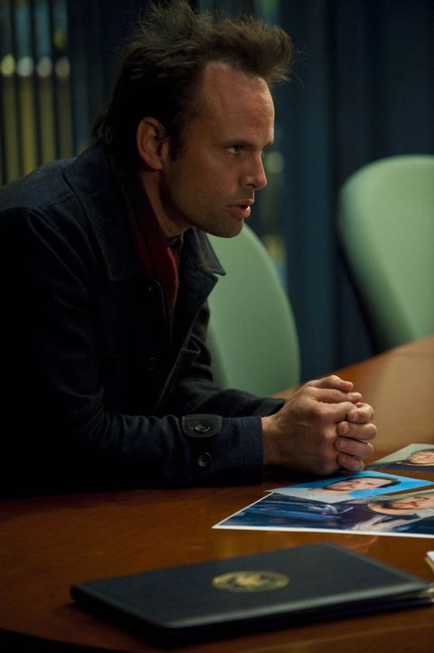Ob die Ermittler Boyd Crowder (Walton Goggins) glauben, dass er zu dem Verbrechen gezwungen wurde? - Bildquelle: 2011 Sony Pictures Television Inc. and Bluebush Productions, LLC. All Rights Reserved.
