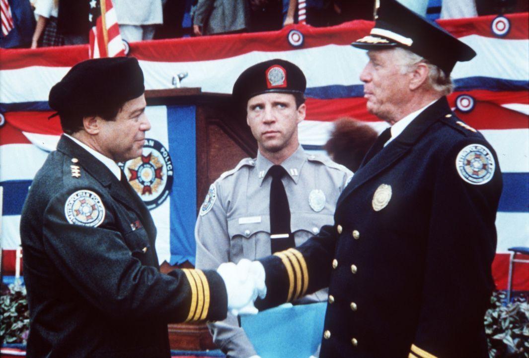 Der Polizist Mahoney (Steve Guttenberg, M.) wäre richtig glücklich, wenn sein Chef Lassard (George Gaynes, r.) den Wettkampf gegen Mauser (Art Met... - Bildquelle: Warner Bros.