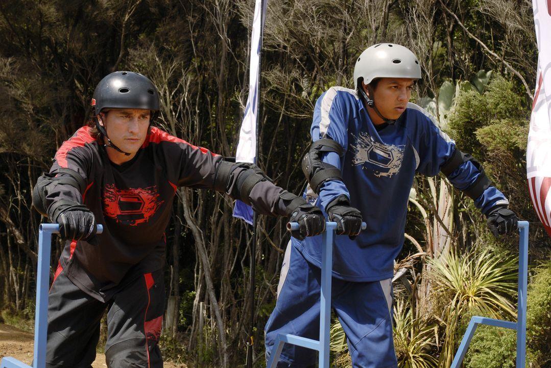 Der Wettkampf kann beginnen: Johnny Kapahala (Brandon Baker, r.) und der selbsternannte Gott der Dirtboardfahrer, Troy (Phil Brown, l.) ... - Bildquelle: Disney. All rights reserved