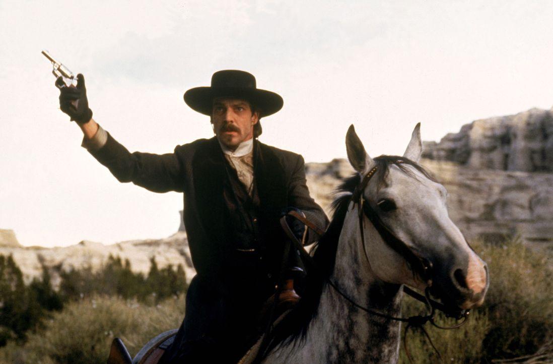Doc Holiday (Dennis Quaid) unterstützt seinen Freund Wyatt Earp in jeder Lebenslage. - Bildquelle: Warner Bros.