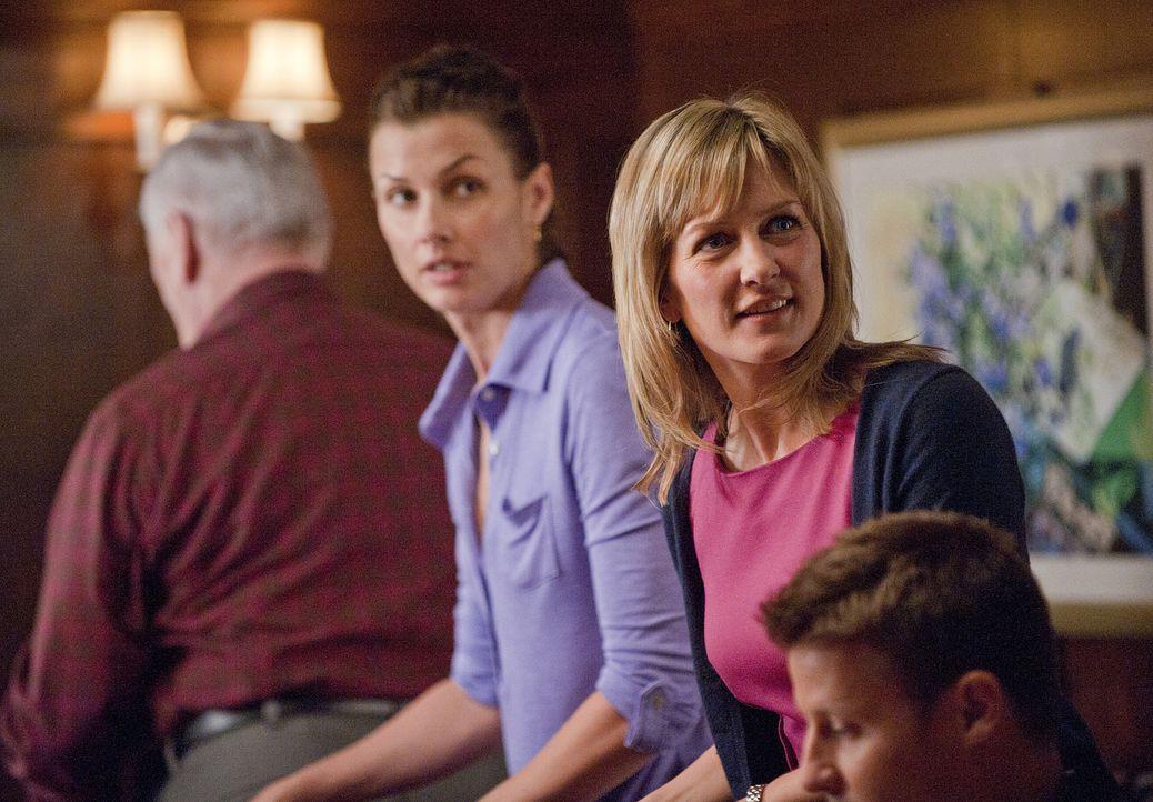 Linda (Amy Carlson, 2.v.r.) merkt sofort, dass Henry (Len Cariou, l.), Erin (Bridget Moynahan, 2.v.l.) und Jamie (Will Estes, r.) etwas vor ihr verh... - Bildquelle: 2010 CBS Broadcasting Inc. All Rights Reserved