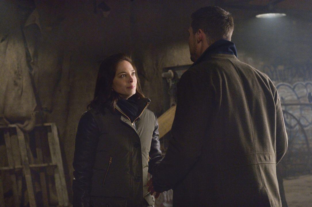 Die Situation ist verfahren, doch Catherine (Kristin Kreuk, l.) und Vincent (Jay Ryan, r.) müssen sich einigen, wie sie mit Liam umgehen sollen, bev... - Bildquelle: Ben Mark Holzberg 2015 The CW Network, LLC. All rights reserved.