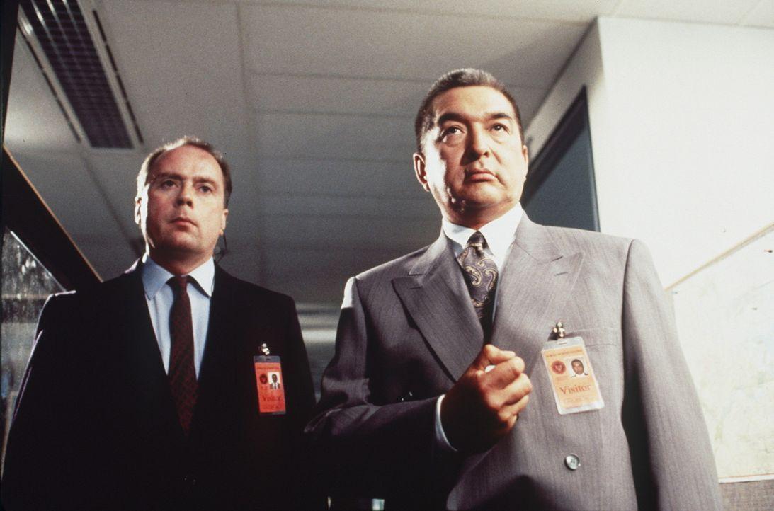 CIA-Mann Tolliver (Graham Greene, r.) weiß mehr über die tödlichen Attentate, als er zuzugeben bereit ist ... - Bildquelle: New City Releasing