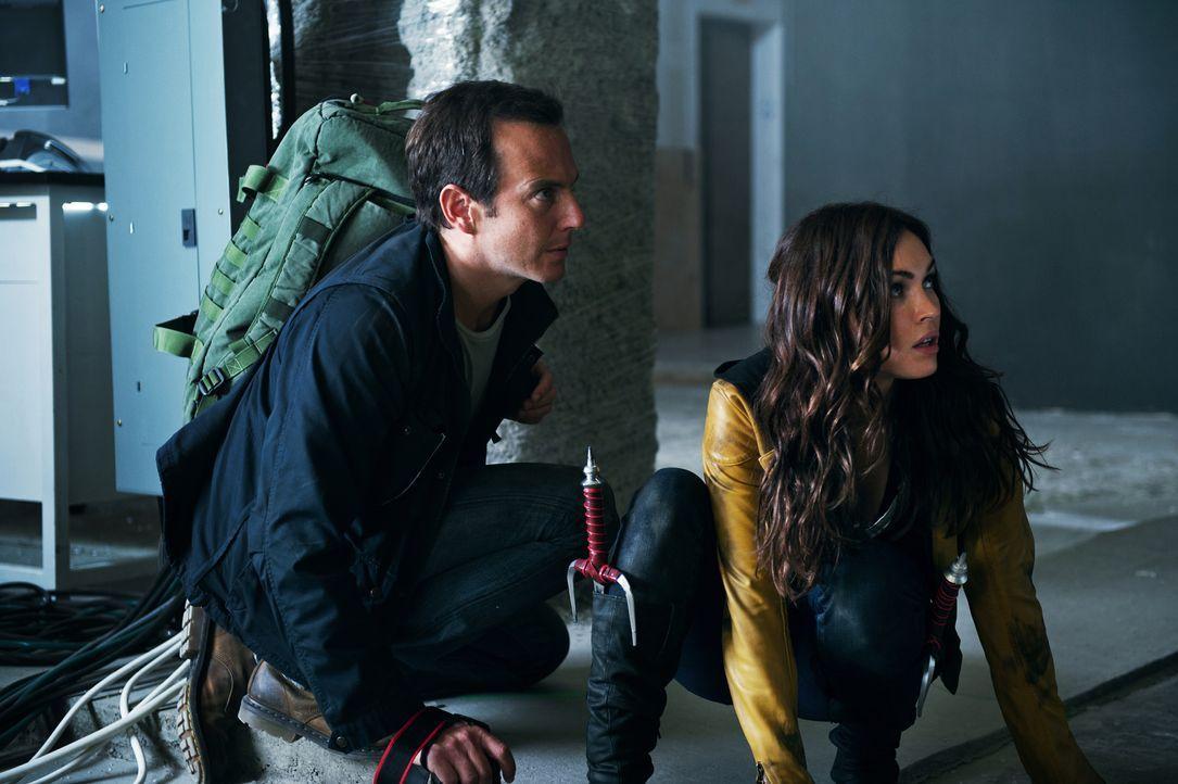 Die eifrige Reporterin April (Megan Fox, r.) und ihr Kameramann Vernon (Will Arnett, l.) schrecken vor nichts zurück, um an eine gute Story zu komme... - Bildquelle: MMXIV Paramount Pictures Corporation. All Rights Reserved.