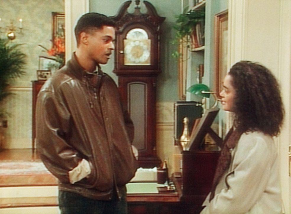 Denise (Lisa Bonet, r.) hat mit ihrem Telefon-Freund aus Boston einen schönen Abend verlebt, doch nun stört Cliff gerade bei der Verabschiedung. - Bildquelle: Viacom