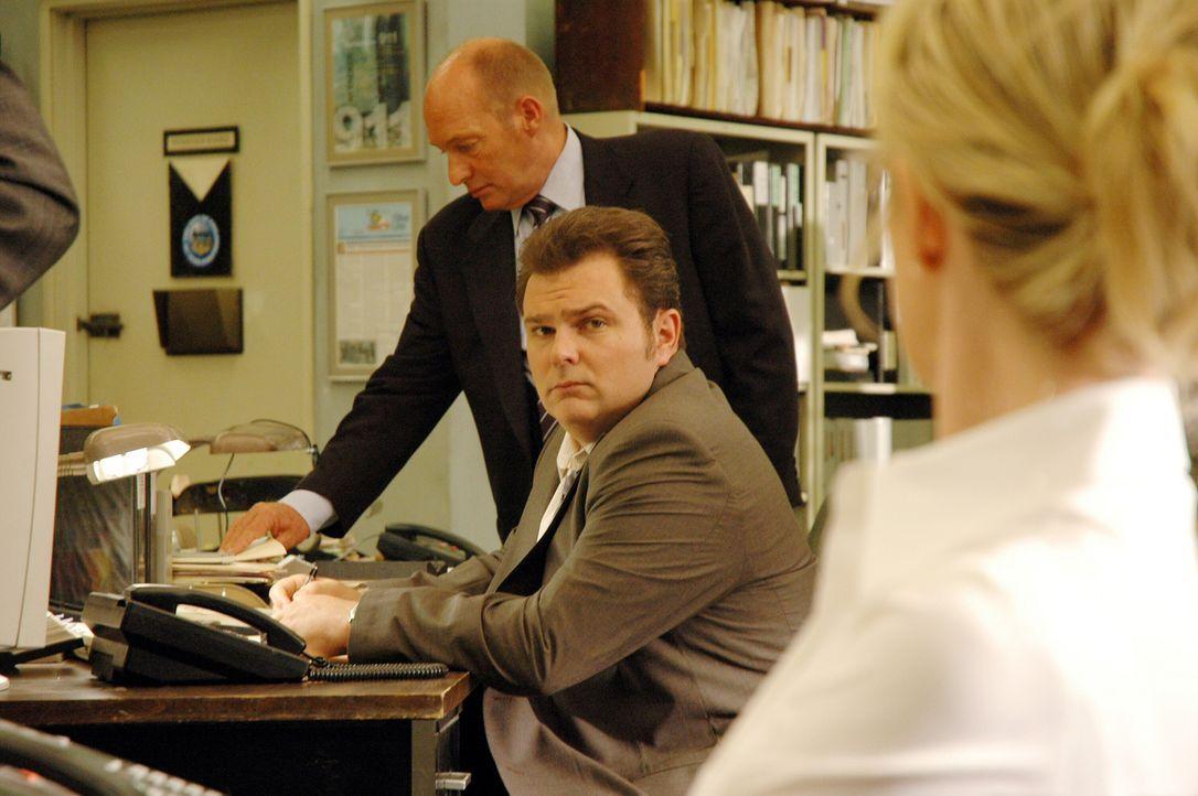 Lt. John Stillman (John Finn, l.), Det. Nick Vera (Jeremy Ratchford, M.) und Det. Lilly Rush (Kathryn Morris, r.) überlegen, wer sonst noch als Mörd... - Bildquelle: Warner Bros. Television