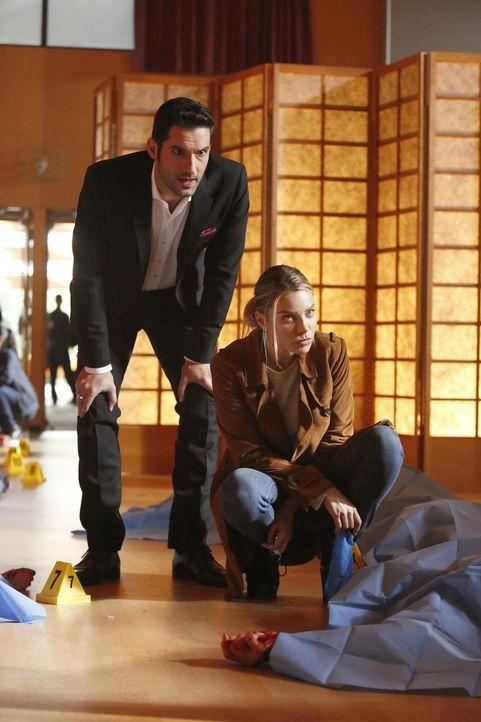 Mehrere Messerstechereien beschäftigen Chloe (Lauren German, r.). Unterdessen bringt Lucifer (Tom Ellis, l.) diese Tat sofort mit dem Verschwinden e... - Bildquelle: 2016 Warner Brothers