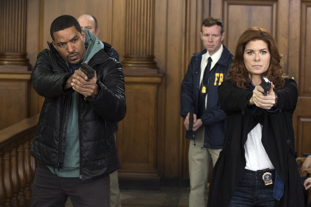 Machen sich auf die Suche nach dem Angreifer von Jake: Laura (Debra Messing, r.) und Billy (Laz Alonso, l.) ... - Bildquelle: Warner Bros. Entertainment, Inc.
