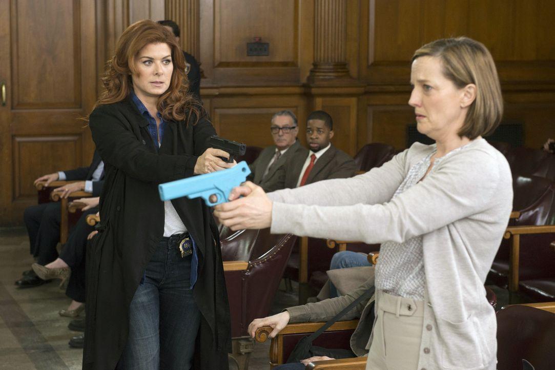 Kann Laura (Debra Messing, l.) Pamela Baker (Orlagh Cassidy, r.) aufhalten, bevor es ein weiteres Opfer gibt? - Bildquelle: Warner Bros. Entertainment, Inc.