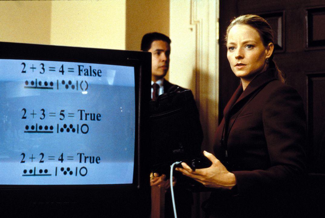 Nach dem frühen Tod ihrer Mutter und dem Verlust ihres Vaters, für dessen Tod sich Ellie (Jodie Foster , r.) mitverantwortlich fühlt, wendet sie... - Bildquelle: Warner Bros. Pictures