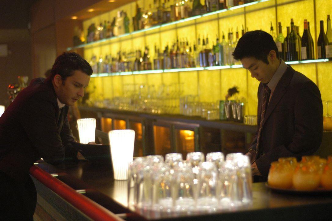 Noch ahnt Ben Edmonds (Balthazar Getty, l.) nicht, dass Ronny Cho (Nelson Lee, r.) weitaus mehr ist, als nur ein Barmann ... - Bildquelle: Universal Studios