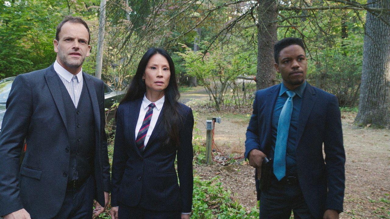(v.l.n.r.) Sherlock Holmes (Jonny Lee Miller); Dr. Watson (Lucy Liu); Detective Marcus Bell (Jon Michael Hill) - Bildquelle: 2018 CBS Broadcasting, Inc. All Rights Reserved.