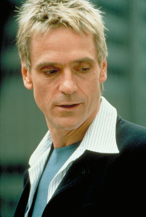 Simon (Jeremy Irons) verfolgt mehr Pläne, als McClane und die Polizei zunächst vermuten, und auch dass er McClane persönlich aussuchte, hat einen ga... - Bildquelle: Buena Vista Home Entertainment © 1995 Cinergi Pictures Entertainment Inc. Cinergi Productions N.V. Inc. and Twentieth Century Fox Film Corporation