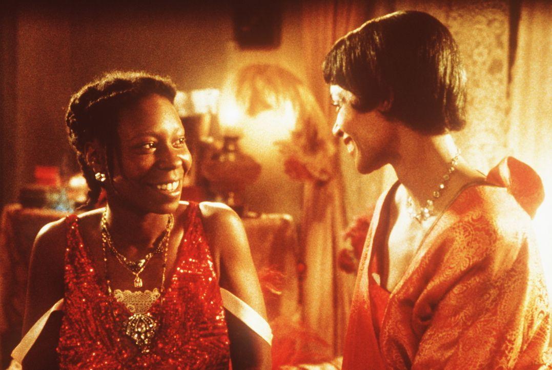 Erst nach Jahren der Demütigungen gelingt es Celie (Whoopi Goldberg, l.) mit Hilfe der selbstbewussten Shug Avery (Margaret Avery, r.), sich gegen i... - Bildquelle: Warner Bros.
