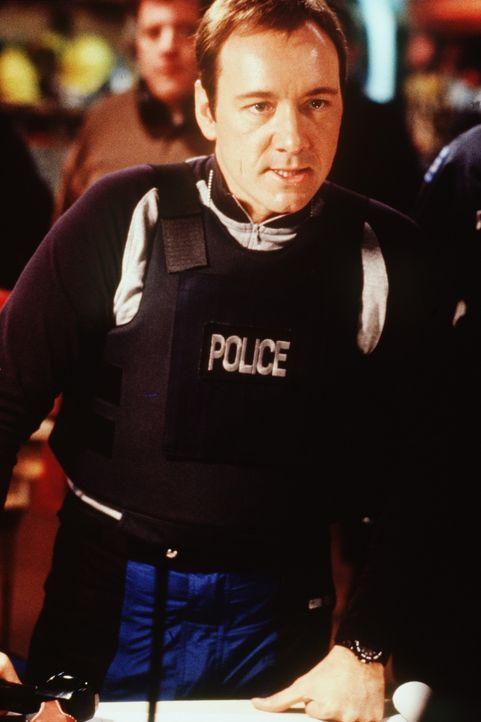 Als auswärtiger Spezialist ist Chris Sabian (Kevin Spacey) für die brisante Aufgabe wie geschaffen ... - Bildquelle: TM+  Warner Bros.