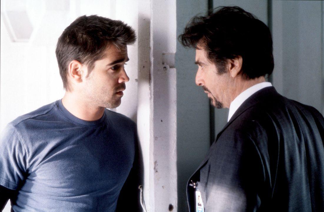 Der hochbegabte Softwareentwickler James Clayton (Colin Garrell, l.) wird auf einer Messe von dem CIA-Ausbilder Walter Burke (Al Pacino, r.) für di... - Bildquelle: SPYGLASS ENTERTAINMENT GROUP.LP.ALL RIGHTS RESERVED