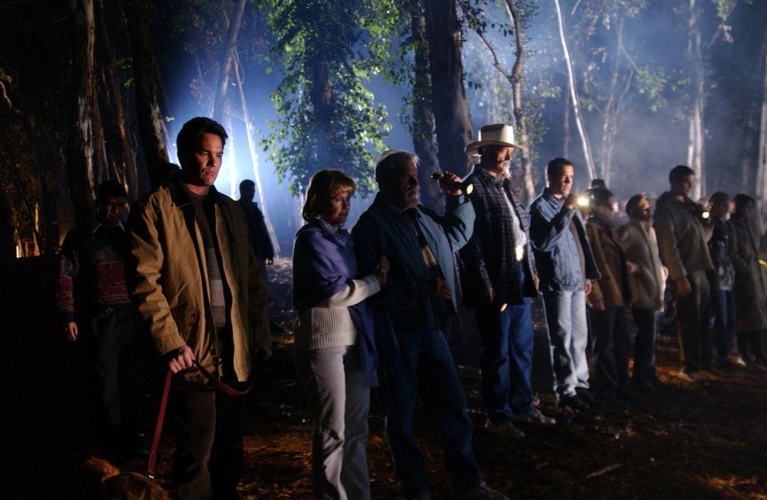In einer Nacht- und Nebelaktion suchen die Einwohner aus Laci Petersons Heimartort nach der Verschollenen. Leider jedoch, ohne sichtbaren Erfolg.... - Bildquelle: 2004 Sony Pictures Television Inc. All Rights Reserved.