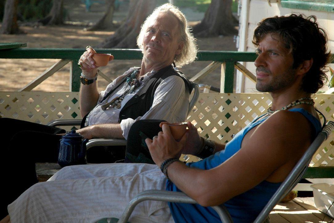 """Medizinmann Paluna (Peter Gavajda, l.) ist entsetzt, als er von Mark (Pasquale Aleardi, r.) erfährt, dass er das Brettspiel """"Manatu"""" zu seiner Fami... - Bildquelle: Walter Bayley Sat.1"""