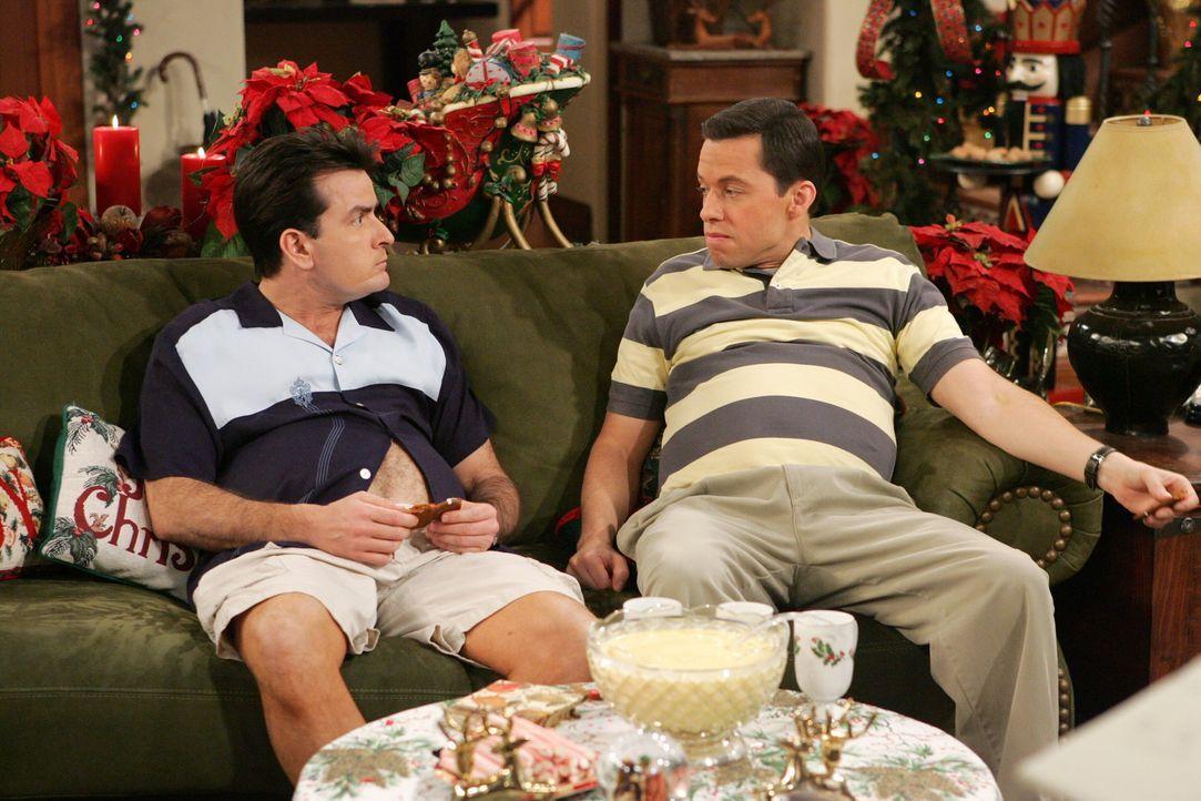 Können den Kochkünsten von Sandy ganz offensichtlich nicht widerstehen: Charlie (Charlie Sheen, l.) und Alan (Jon Cryer, r.) - Bildquelle: Warner Brothers Entertainment Inc.
