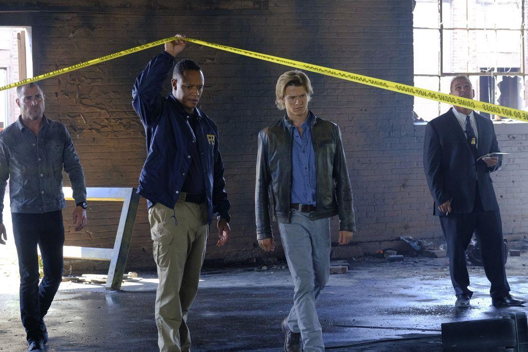 """MacGyvers (Lucas Till. 2.v.r.) und das FBI-Team sind sich sicher: Der gesuchte Bombenbauer ist Mac's alter Gegenspieler """"The Ghost"""" ... - Bildquelle: 2016 CBS Broadcasting, Inc. All Rights Reserved"""