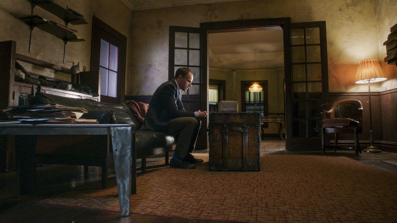Bei all den Geschehnissen fällt es Holmes (Jonny Lee Miller) schwer, den Fall zu lösen ... - Bildquelle: 2017 CBS Broadcasting, Inc. All Rights Reserved.