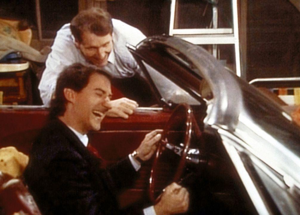 Al (Ed O'Neill, hinten) und Steve (David Garrison) können ihre Freude über ihren neuen Ford Mustang nicht mehr bremsen. - Bildquelle: Columbia Pictures