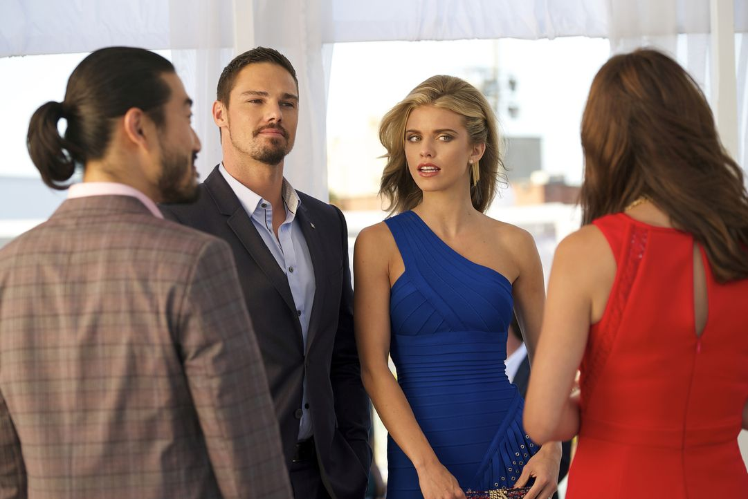 Vincent (Jay Ryan, 2.v.l.) und seine neue Kollegin bei Graydal Securities, Dianne (AnnaLynne McCord, 2.v.r.), sollen auf einer Party ein Ehepaar mim... - Bildquelle: Michael Gibson 2016 The CW Network. All Rights Reserved.