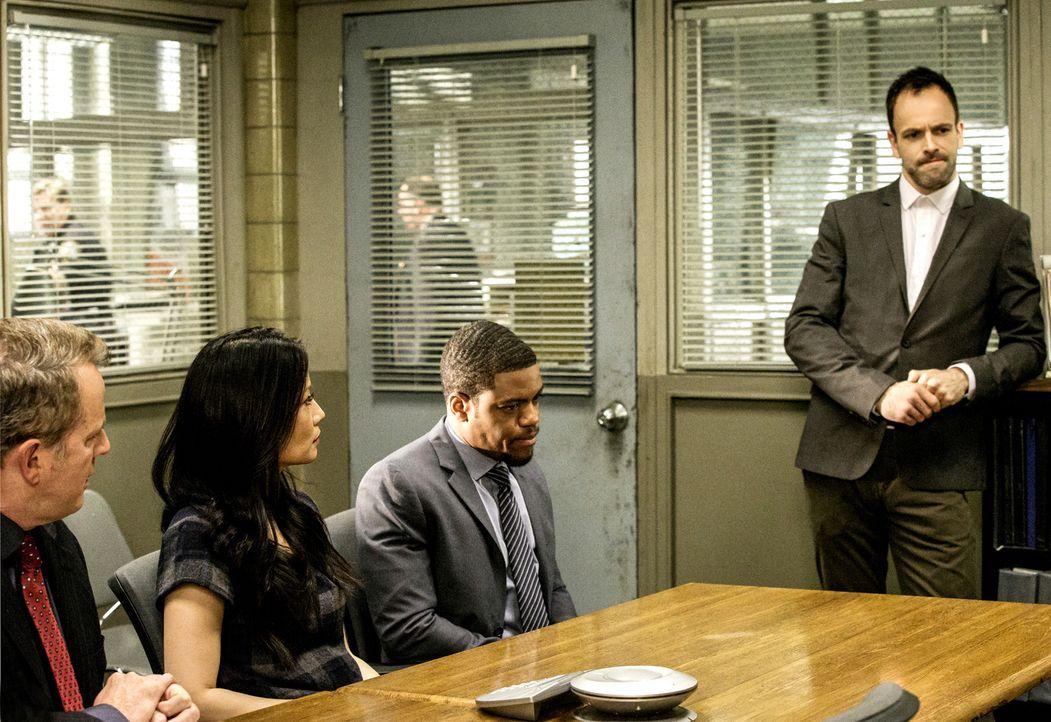 Ein starkes Ermittler-Team: (v.l.n.r.) Capt. Gregson (Aidan Quinn), Dr. Watson (Lucy Liu), Det. Bell (Jon Michael Hill) und Sherlock Holmes (Jonny L... - Bildquelle: CBS Television