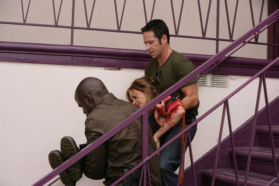 Don (Rob Morrow, r.) und David (Alimi Ballard, l.) können Megan (Diane Farr, M.) noch rechtzeitig befreien, doch Crystal kann erneut entkommen ... - Bildquelle: CBS International Televison