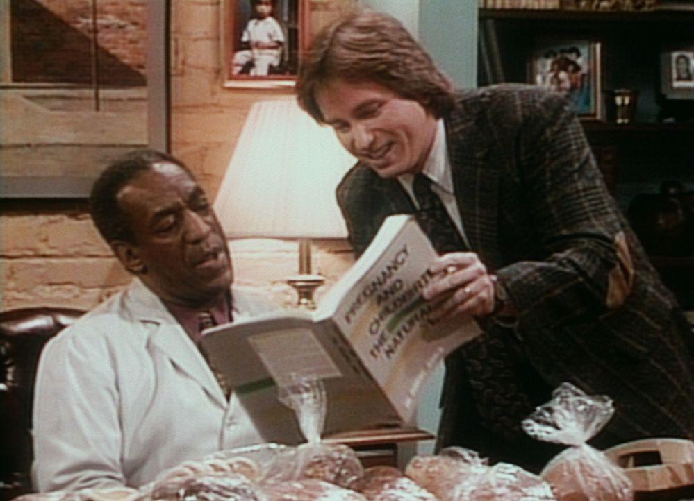 Der werdende Vater Ray (John Ritter, r.) zeigt Cliff (Bill Cosby, l.), wo er seine Kenntnisse über natürliche Geburtsmethoden her hat. - Bildquelle: Viacom