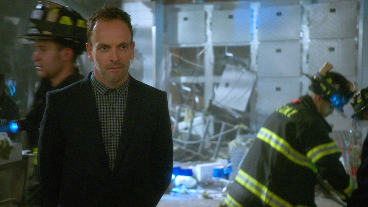Holmes (Jonny Lee Miller) und Watson suchen nach einem Mörder, werden aber vor ein Problem gestellt, da nach einer Bombenexplosion keinerlei Beweism... - Bildquelle: 2015 CBS Broadcasting Inc. All Rights Reserved.