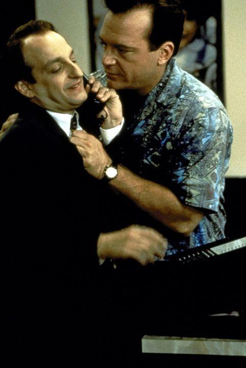 Weil Daniel Miller (David Paymer, l.) einen wichtigen Termin einzuhalten hat, will er sich partout von Franklin (Tom Arnold, r.) nicht entführen la... - Bildquelle: Warner Bros.