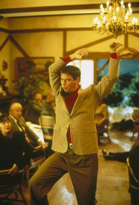 Volldepp Llyod (Jim Carrey) stellt eine Szene aus seinem Lieblingsfilm nach ... - Bildquelle: New Line Cinema