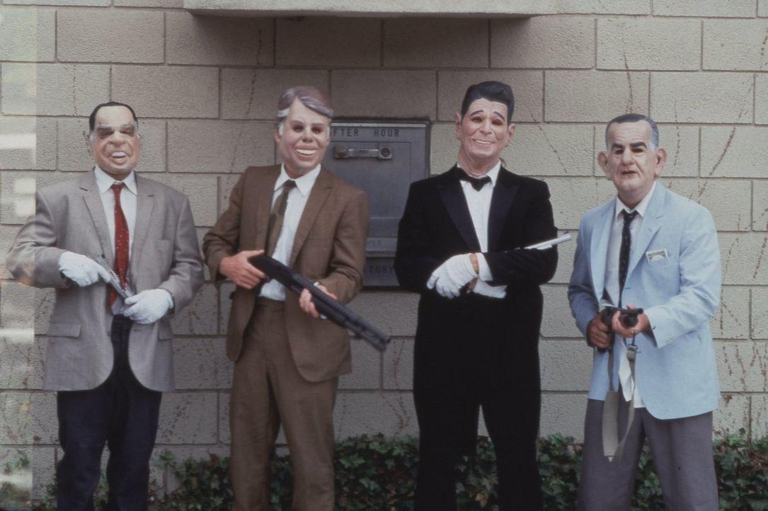 Besonderes Kennzeichen der vier Gangster: Gummimasken mit den Gesichtern der ehemaligen US-Präsidenten Johnson, Nixon, Carter und Reagan. - Bildquelle: Largo International N.V. All rights reserved.