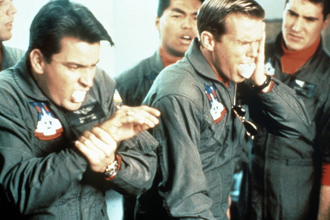 Der liebenswerte Chaot Topper Harley (Charlie Sheen, l.) kennt nur ein Ziel: Seinem Kameraden Kent Gregory (Cary Elwes, r.), einem Musterbeispiel mi... - Bildquelle: The 20th Century Fox Film Corporation