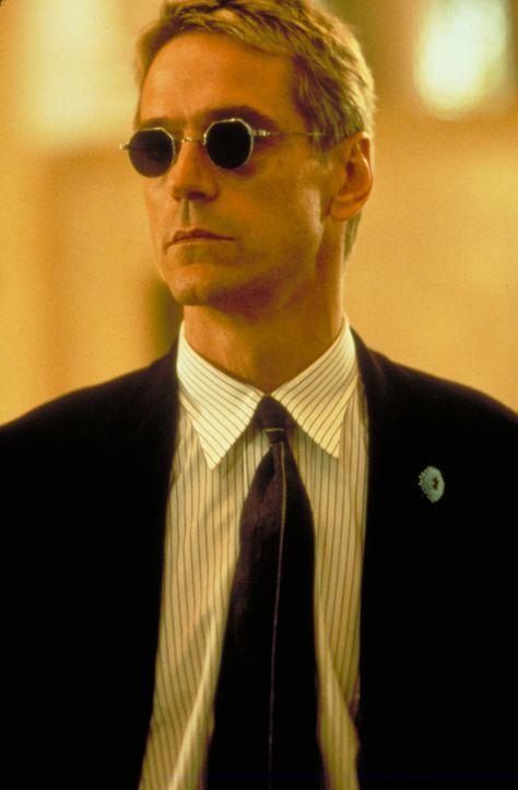 John McClane nimmt den Kampf gegen den Terroristen Simon (Jeremy Irons) auf ... - Bildquelle: Buena Vista Home Entertainment © 1995 Cinergi Pictures Entertainment Inc. Cinergi Productions N.V. Inc. and Twentieth Century Fox Film Corporation