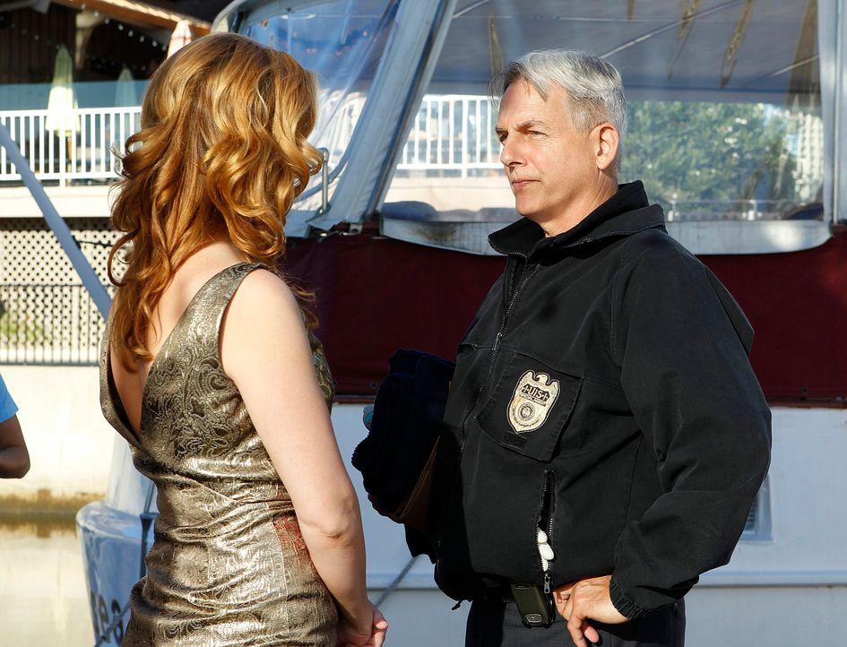 Special Agent Abigail Borin (Diane Neal, l.) die sich in den Fängen eines Blind Dates auf einem Restaurant-Boot befindet, ruft Gibbs (Mark Harmon, r... - Bildquelle: CBS Television