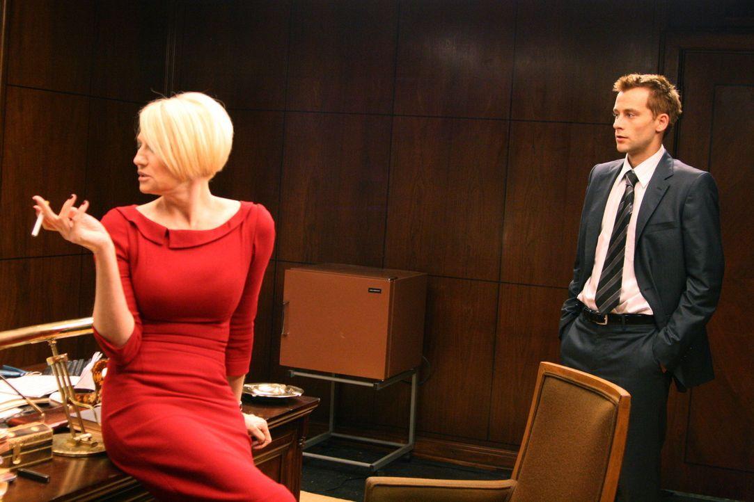 Als Fool (Joe Anderson, r.) das erste Mal auf die Leiterin des Alpha-Teams, Empress (Ellen Barkin, l.), trifft, ahnt er nicht, was ihn erwartet ... - Bildquelle: Sony Pictures Television Inc. All Rights Reserved.