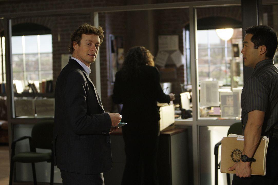 Noch wissen Kendall (Tim Kang, r.) und Patrick (Simon Baker, l.) nicht, dass die SMS, die Patrick erhalten hat, Schreckliches mit sich bringt ... - Bildquelle: Warner Bros. Television