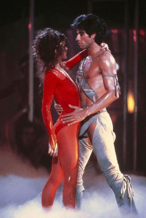 Zwischen Tony Manero (John Travolta, r.) und Laura (Finola Hughes, l.) knistert es nicht nur beim Tanzen ... - Bildquelle: Paramount Pictures
