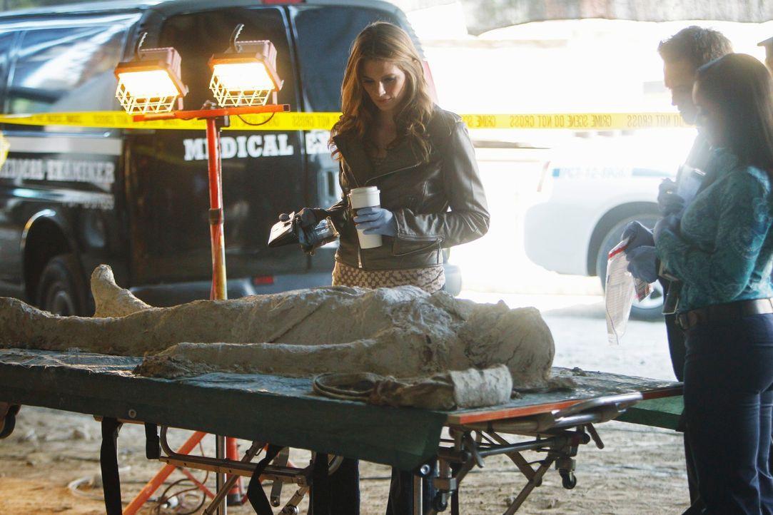 Die Studentin Jane Herzfeld wird erschossen und einbetoniert aufgefunden. Kate Beckett (Stana Katic) macht sich am Tatort selbst ein Bild von der La... - Bildquelle: 2011 American Broadcasting Companies, Inc. All rights reserved.