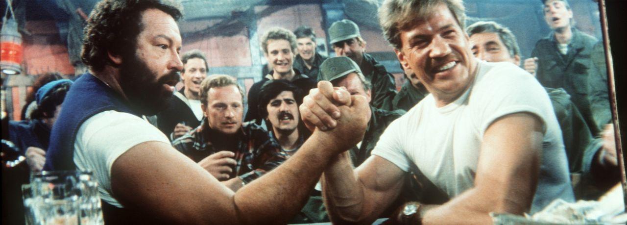 Auf seiner Kneipentour trifft Mücke (Bud Spemncer, l.) beim Armdrücken auf den Offizier Kempfer (Raimund Harmstorf, r.) ... - Bildquelle: Tobis Filmkunst